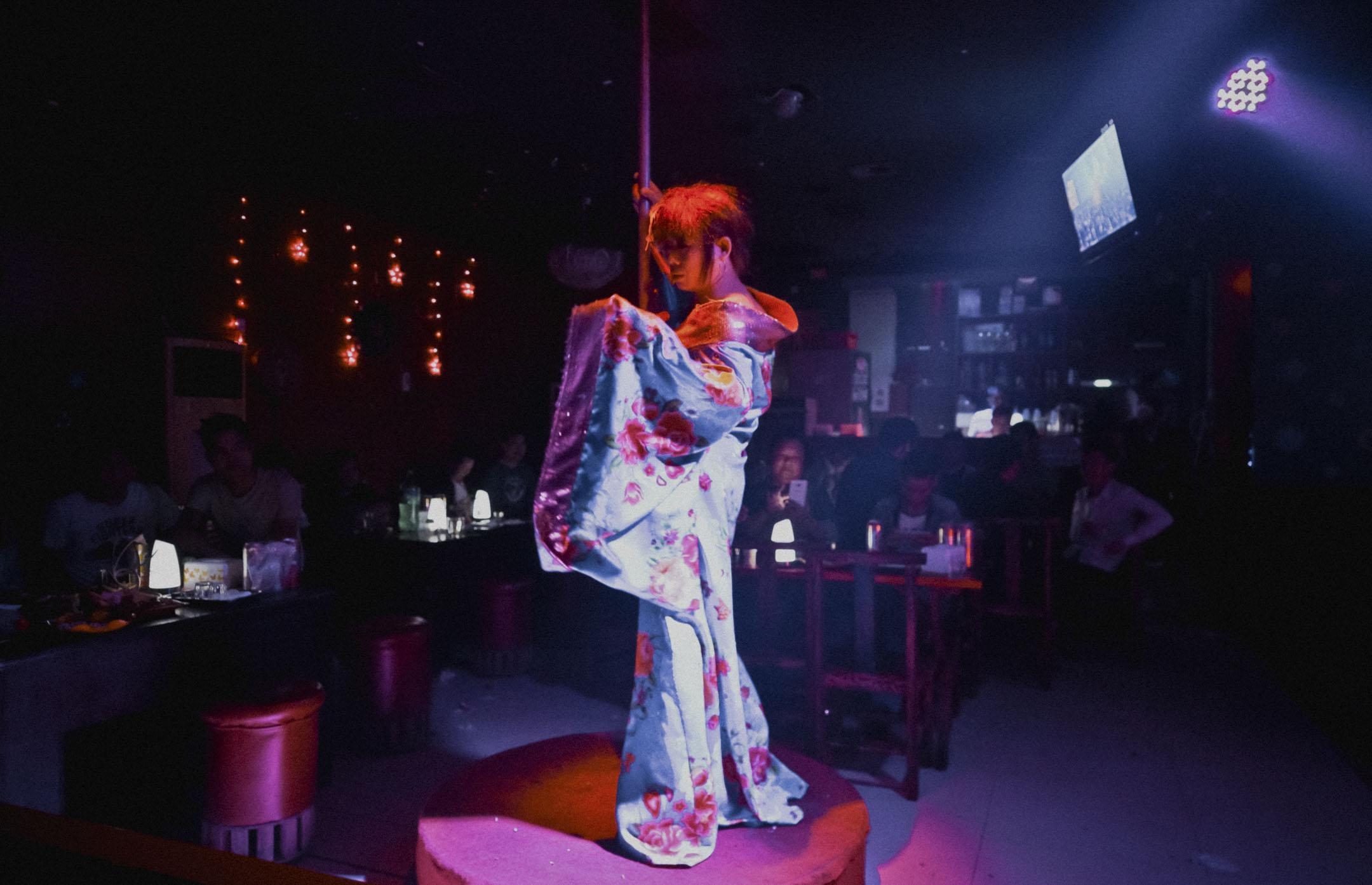 同志酒吧裏的「山雞小姐」與勤懇掙錢養家的離婚男人,兩種生活,以白天和黑夜為界,在一個人身上形成了兩種折疊起來的性別。 攝:Jams/端傳媒