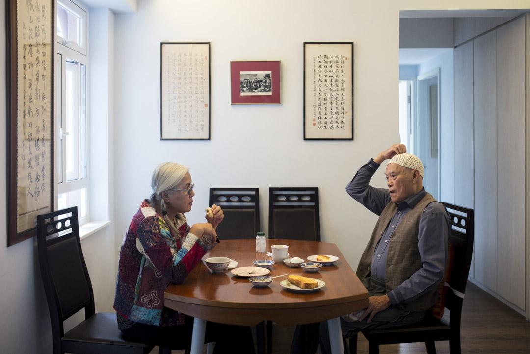 彭日進與父親彭耀坪在家中吃早餐。