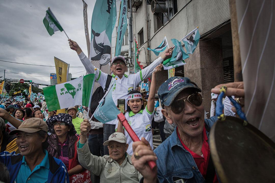 從1980年代以來,台灣海峽兩岸的經濟文化接觸越多,台灣居民,包括本省人和外省人,就越珍視台灣的自主性。圖為2018年10月20日台北,喜樂島聯盟發動「全民公投反併吞」集會。