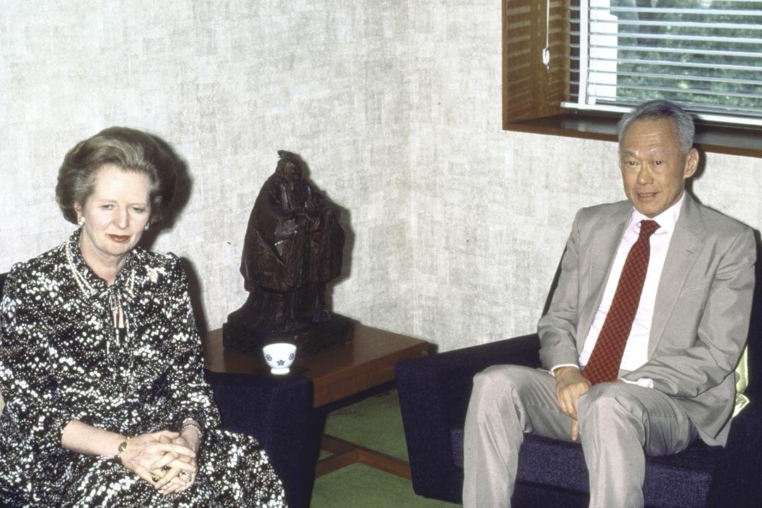 英國官方解密一批檔案,顯示在1989年「六四事件」過後,新加坡時任總理李光耀及英國時任首相戴卓爾夫人(Magret Thatcher)會面,期間談及香港局勢。圖為李光耀及戴卓爾夫人於1985年一次會晤。 攝:Peter Jordan / The LIFE Images Collection / Getty Images