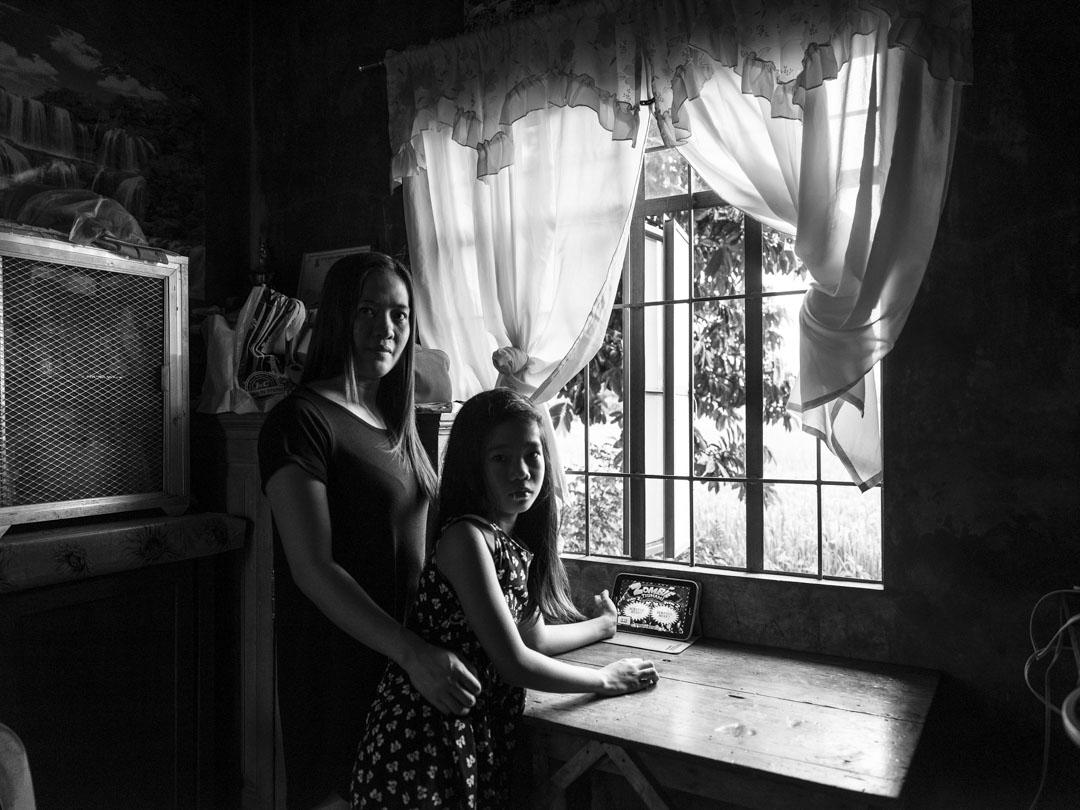 五年前,Razel Anne 請我媽媽協助她申請來港工作。當年Razel的女兒Tanisha才三歲,隨着物價不斷上漲,Razel決定出國謀生,希望可以改善女兒的生活。然而Razel清楚知道,沒有她在身邊的日子Tanisha必定很難過,但Razel相信她必須為Tanisha作出犧牲,即使代價是身心俱疲、無止境的沮喪和無盡的失眠夜。