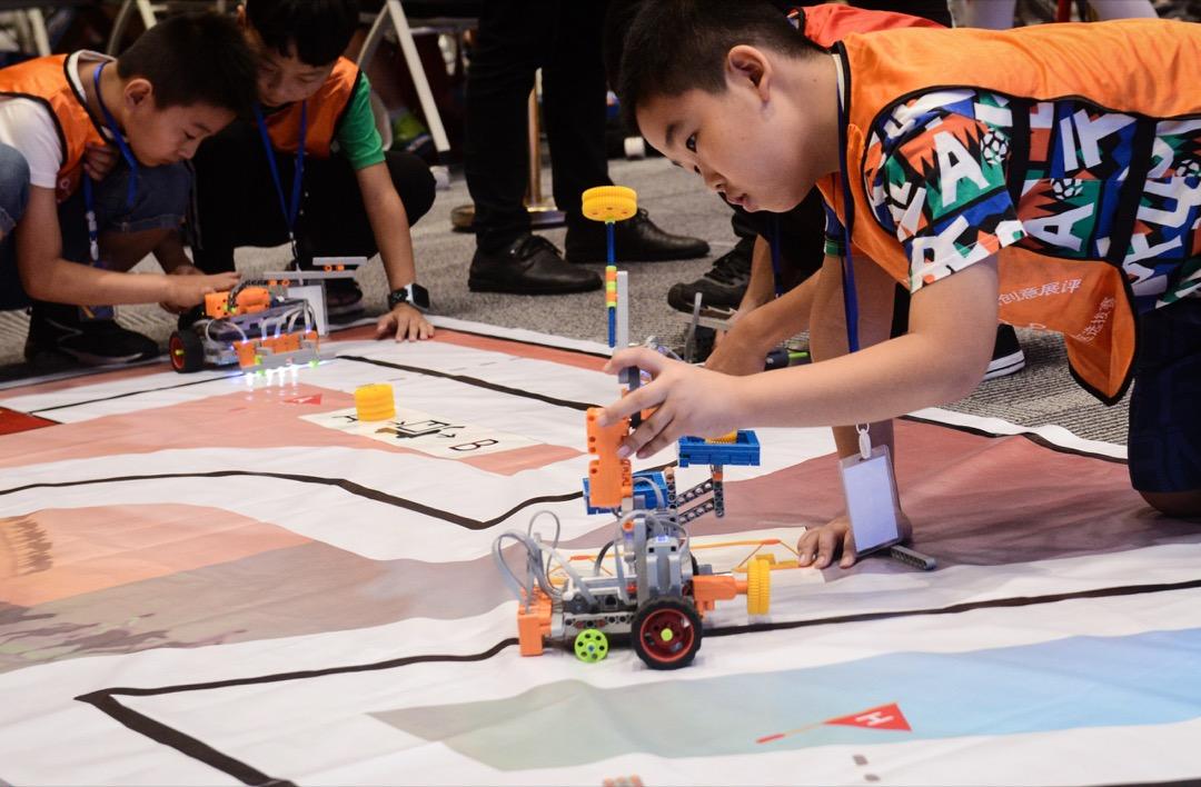 「機器人競賽,原來也是升學的一條捷徑。」李鏗想:兒子以後如果也能走成這條路,那總比去高考這條獨木橋上硬擠硬拼更省力吧?