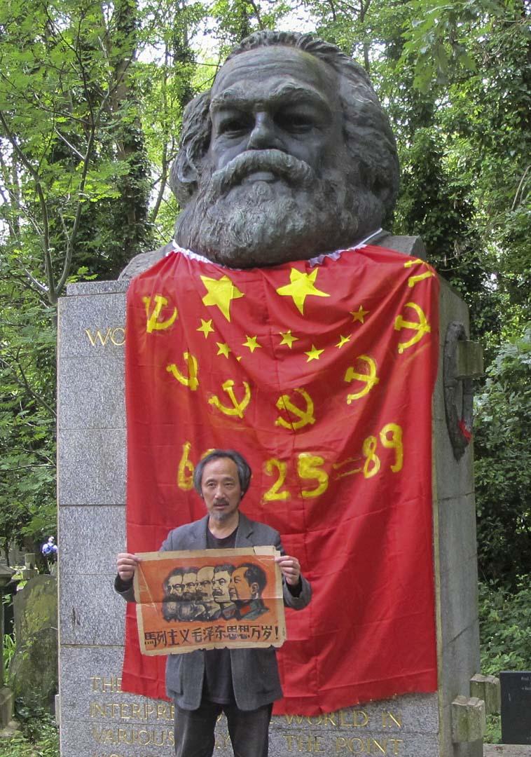 馬建用黨旗包了馬克思,展開少年時代畫的馬恩列斯當場撕了。