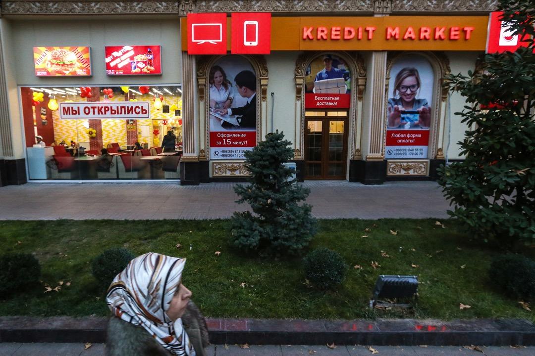 烏茲別克首都塔什干的市中心,可見店舖招牌都用上拉丁字母和西里爾字母。