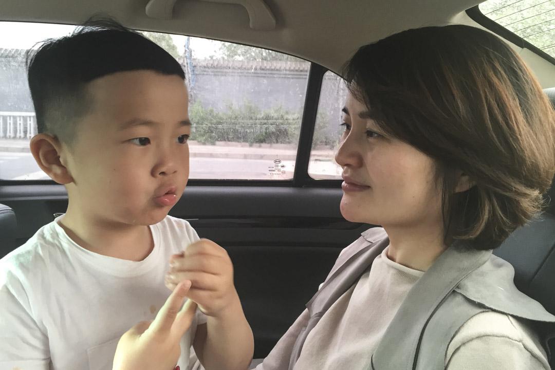 李文足與五歲的兒子在車上。