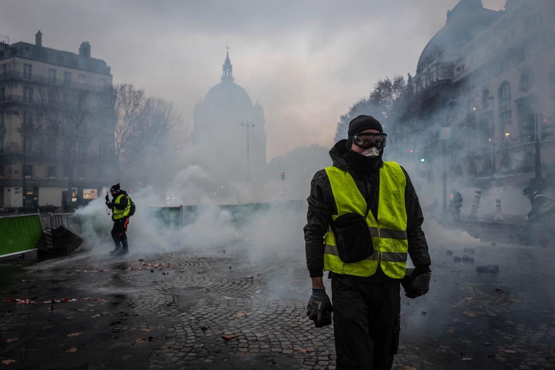 示威者戴上眼罩和口罩,防禦警察施放的催淚彈。