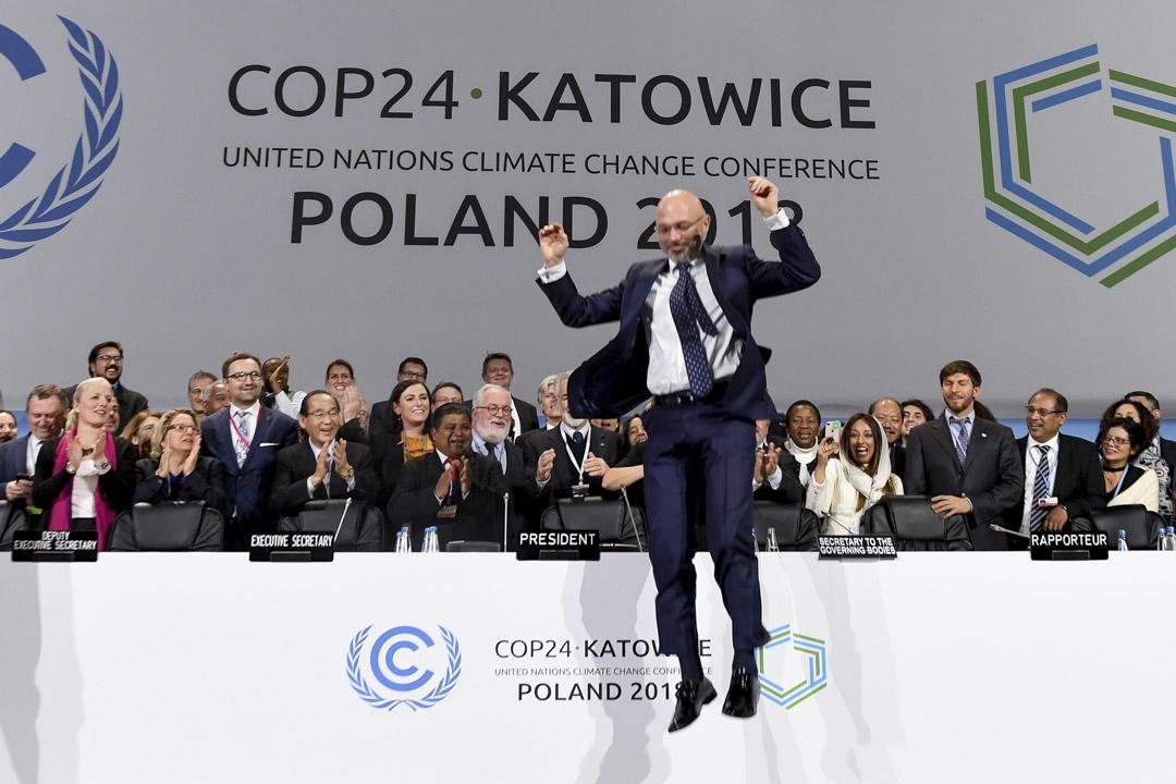 2018年12月15日,「COP24」聯合國的氣候大會最終達成協議,大會主席庫爾提興奮得跳起。