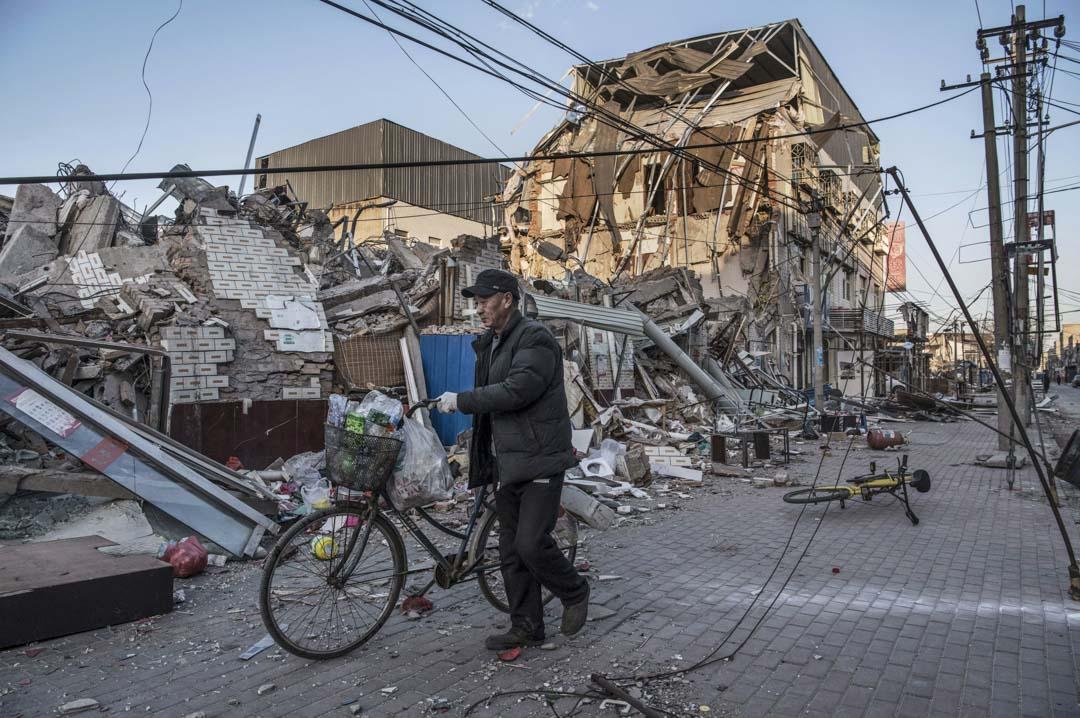 2017年11月,北京市政府迅速發起為期40天的「地毯式安全隱患大整治、大清理、大排查」行動,大量公寓被清空、拆除,數以萬計的外來人口無家可歸。