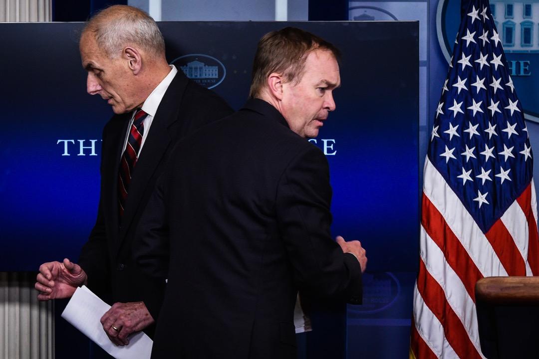 管理與預算局局長馬瓦尼與即將離任的白宮幕僚長凱利在一次記者會上擦肩而過。