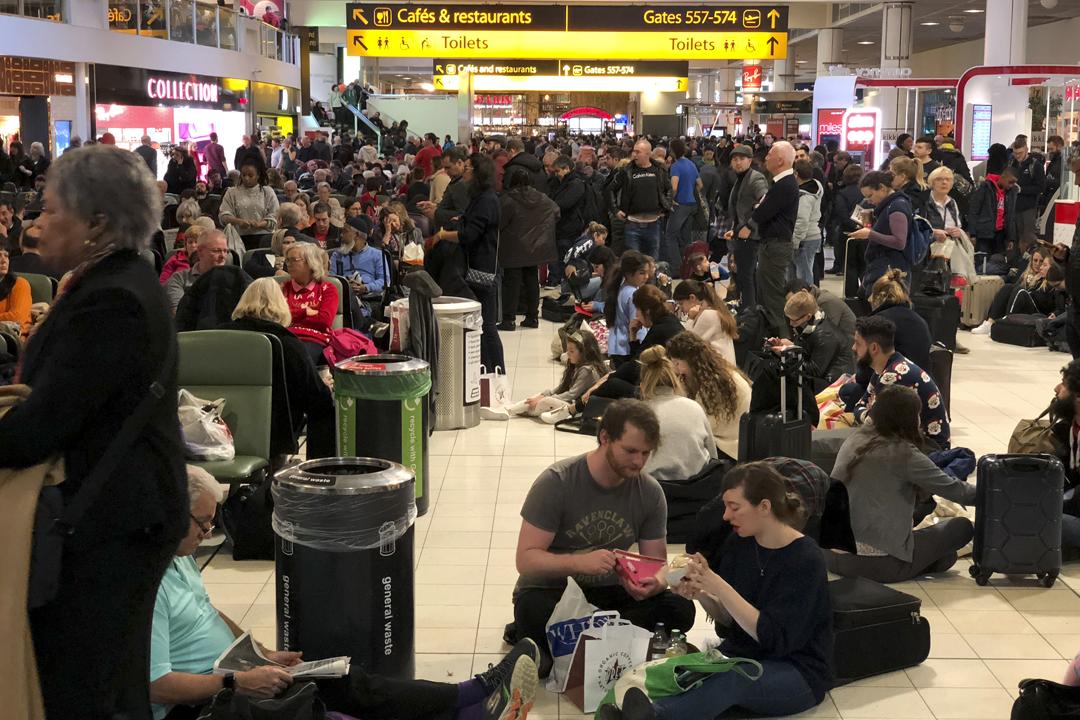 英國倫敦蓋特威克機場(Gatwick Airport)跑道因受無人機蓄意干擾而被迫關閉,逾一萬名旅客滯留。 攝:Athanasios Gioumpasis / Getty Images