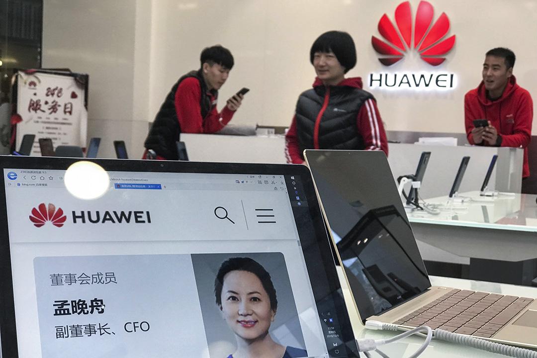 2018年12月6日,北京華為商店裏,華為電腦上顯示了CFO孟晚舟資料。 圖:Imagine China