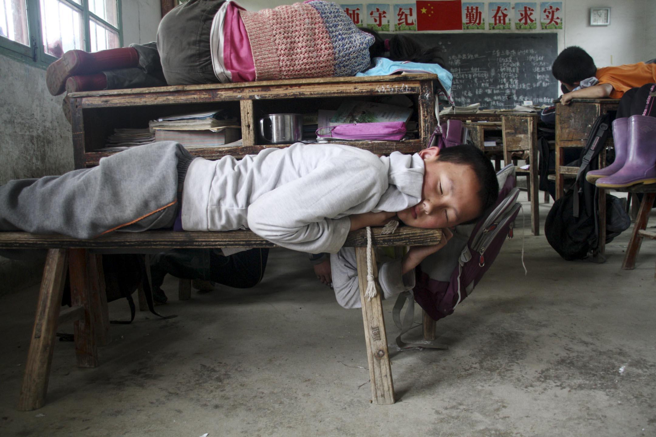 風向在2013年轉變。隨着各大城市嚴控人口規模成為主流勢態,城市入學門檻提高、學校關停,越來越多的流動兒童被迫返鄉回家,再次成為留守兒童。