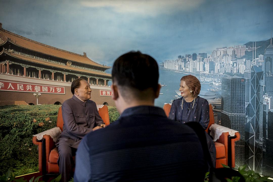 深圳地王大廈觀景層展示鄧小平與戴卓爾夫人的會晤蠟像。