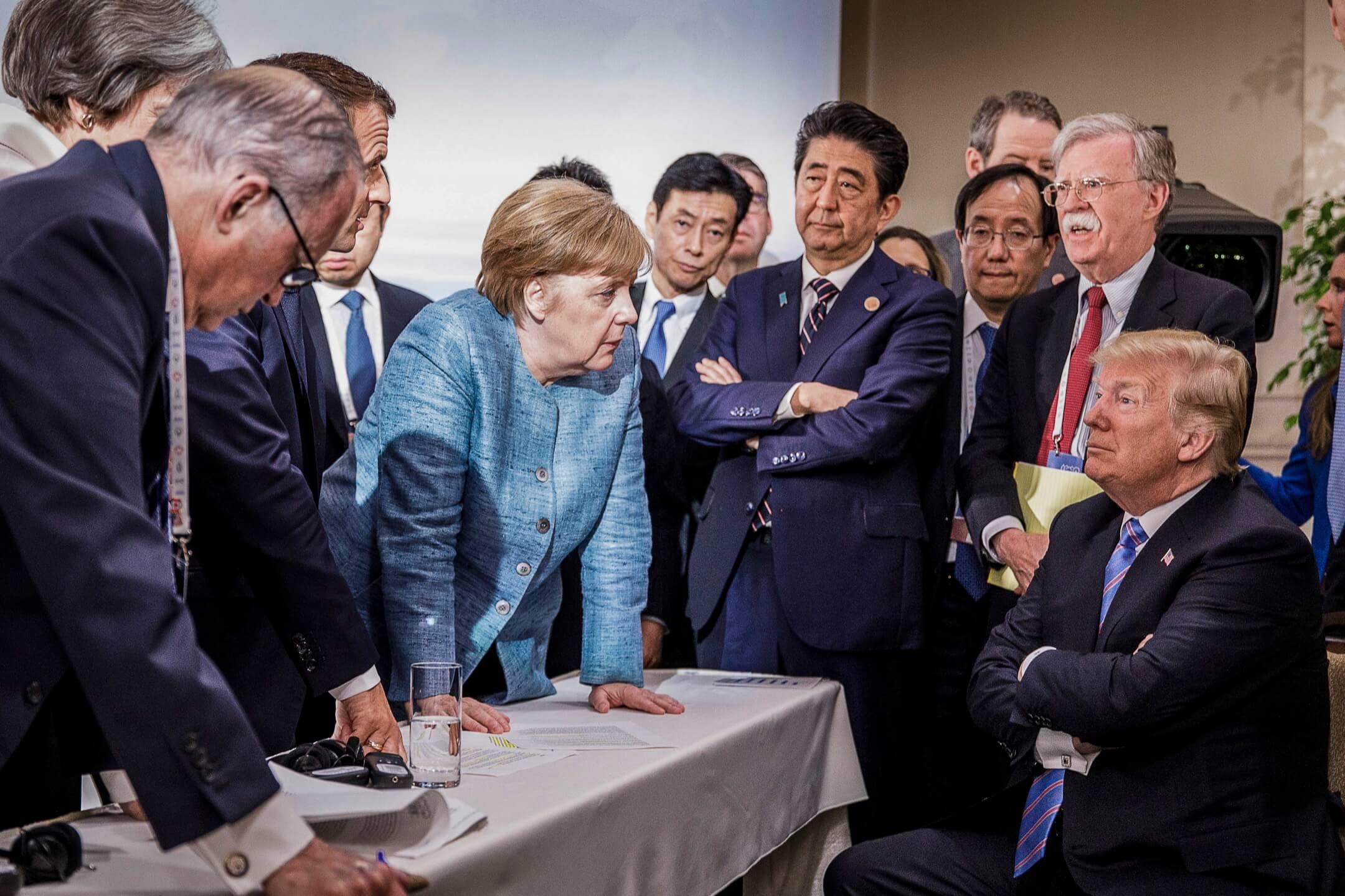 2018年6月9日,七國集團峰會於加拿大魁北克省舉行,法國總統馬克龍、德國總理默克爾、日本首相安倍晉三等國家元首正與美國總統特朗普對話。 攝:Jesco Denze/Handout via EPA
