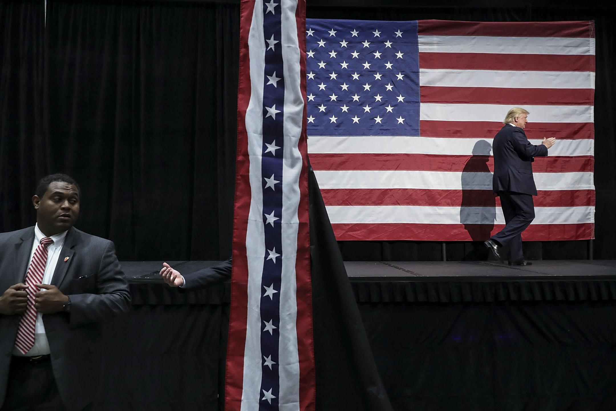 2016年特朗普於美國大選的勝利,不但標誌着美國政治的分水嶺,也可能會成為整個世界秩序的分水嶺,因為這個世界正在邁入以民粹主義、民族主義為標誌的新紀元。