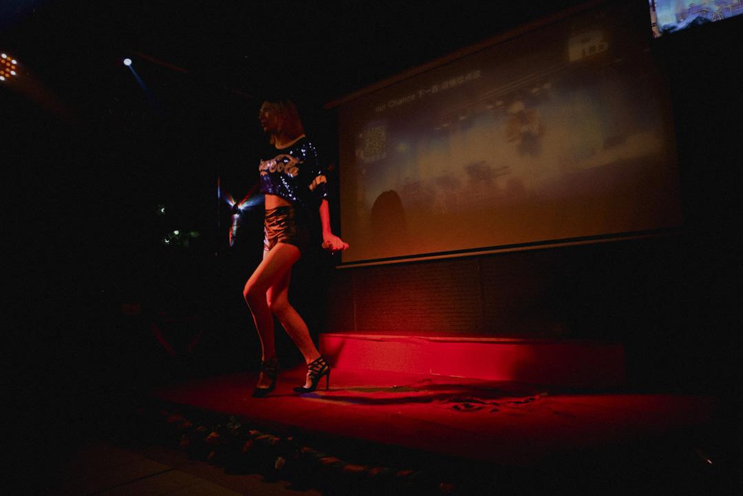 莉莉選唱的都是Madonna、Lady Gaga或蔡依林的歌。舞台上,他是個凌厲的瘦高個,女高音高亢有力,甩手舞動作乾脆,頗有幾分麥當娜們的氣勢。