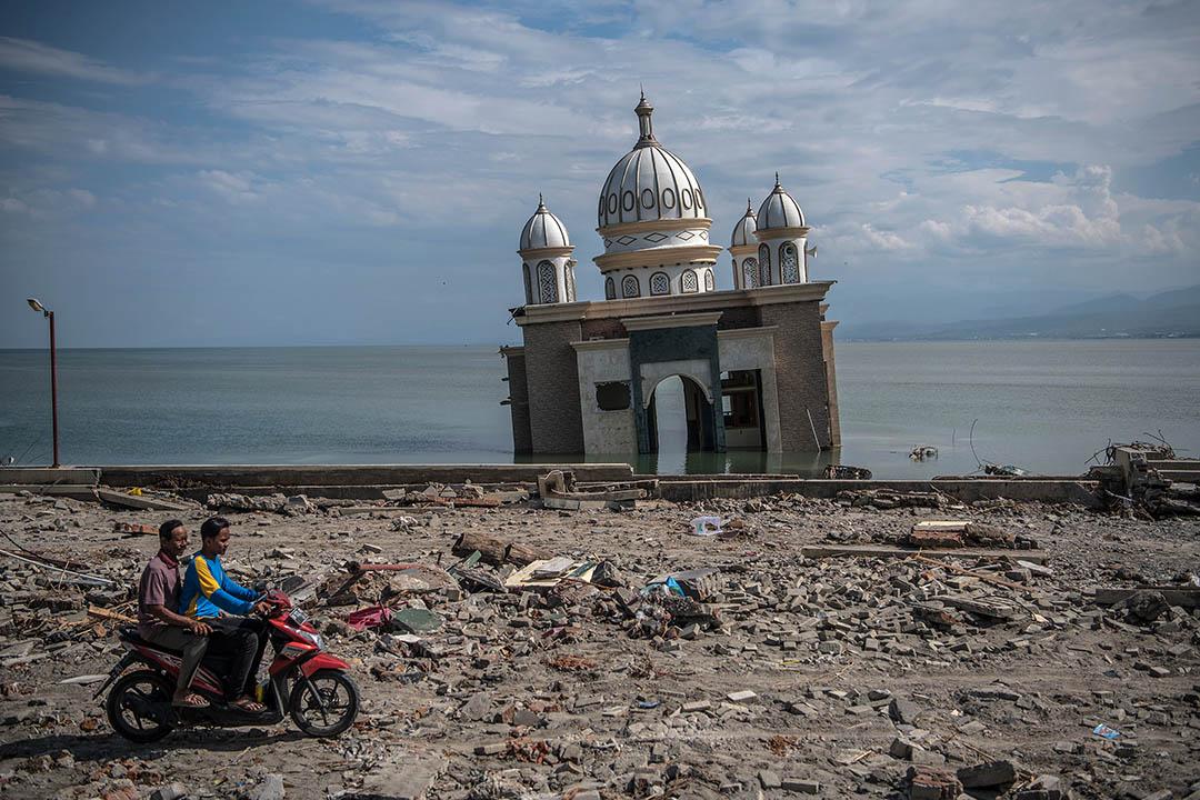 2018年9月28日,印尼蘇拉威西島發生規模7.5級的強震,引發海嘯,造成2256人死亡,多人受傷及失蹤。圖為2018年10月5日,印尼中蘇拉威西島,海嘯令水位上漲,沖毀並淹沒一座清真寺。