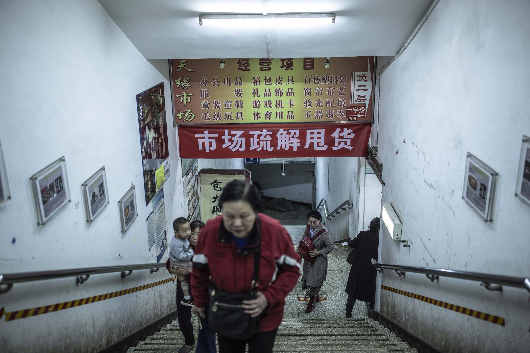 2018年10月31日下午四點,有20年歷史、佔地5000平方米、容納200多個商戶的天緣市場正式被關閉。 攝:尹夕遠/端傳媒