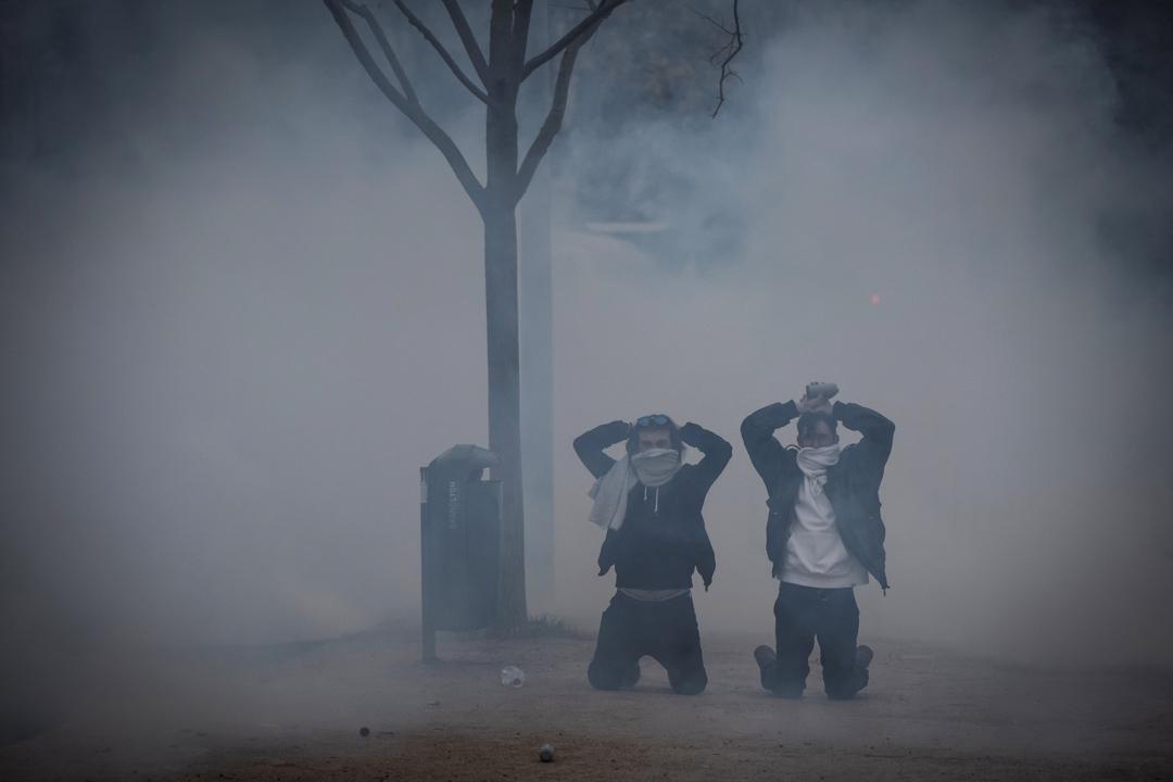 2018年12月8日,示威者在里昂市中心的示威活動中跪下。