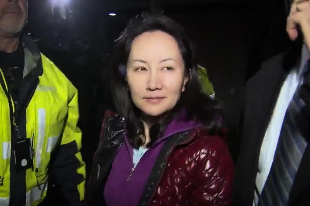 2018年12月12日,華為首席財務官孟晚舟獲加拿大法院批准保釋,晚上離開法院時首度現身。身穿紫色外套的她在多人護送下,登上一輛停泊在法院門口的黑色車輛離去。