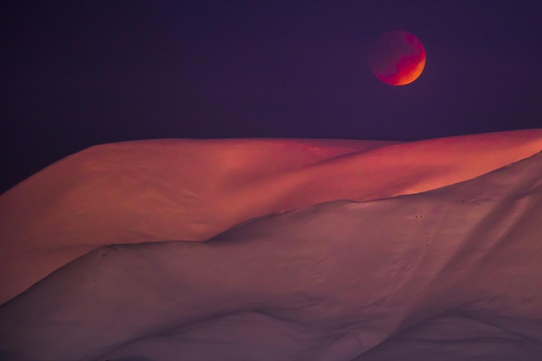 2018年1月31日,挪威斯瓦爾巴的朗伊爾城上空能觀看到超級藍血月的現象。