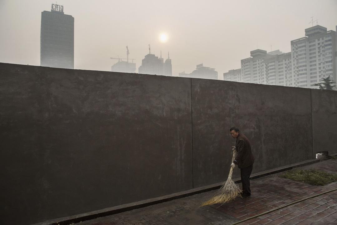 2015年10月17日,中國北京的一個霧霾的早上, 由於工業,煤炭的使用和汽車排放,中國首都和其他主要城市的空氣質量往往比世界衛生組織製定的標準差很多倍。