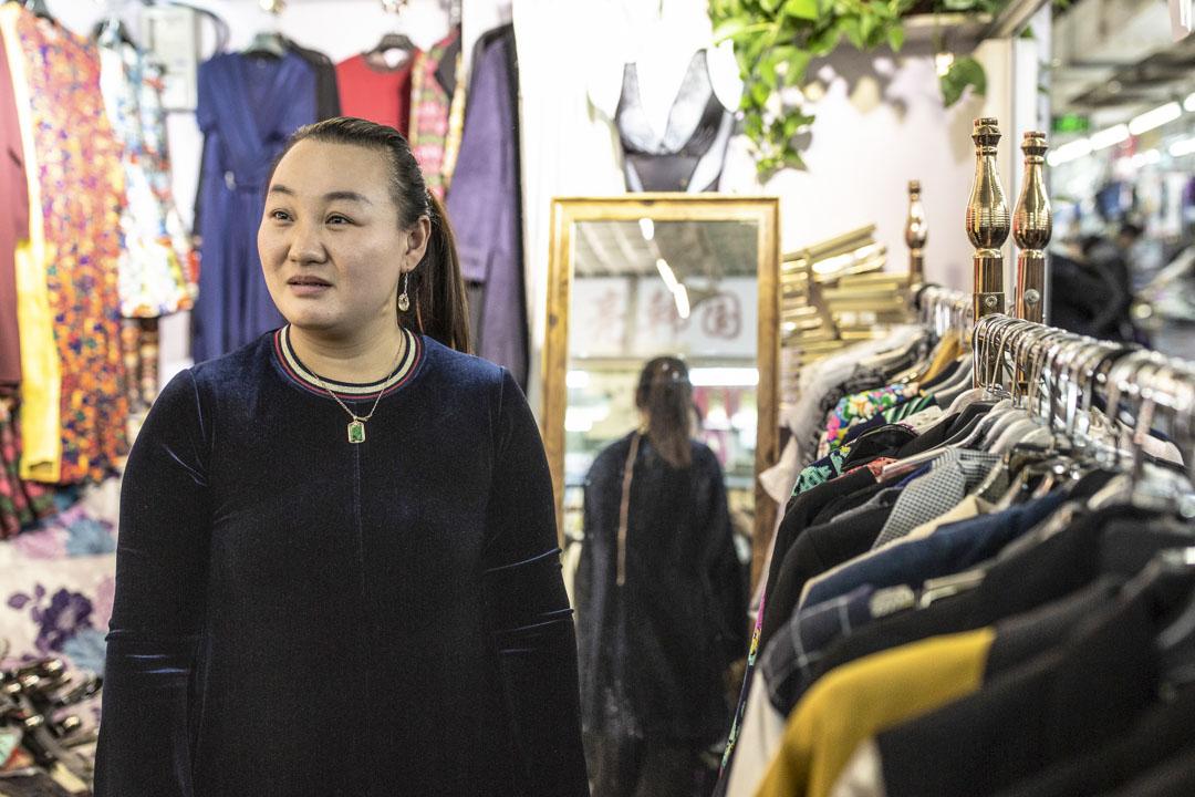李會雲在天緣市場地下二層賣女裝,過去兩年「拆牆打洞」整治行動令其四次搬遷,去年10月在天緣市場找到一個攤位,可剛過一年,又要關了。