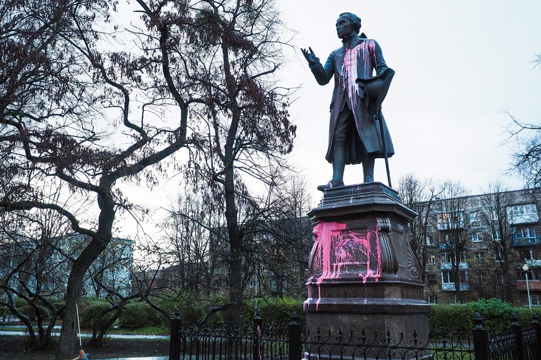 2018年11月27日在俄羅斯加里寧格勒,康德波羅的海聯邦大學內的一尊康德(Immanuel Kant)雕像遭人潑上油漆。 攝:Vitaly Nevar / TASS via Getty Images