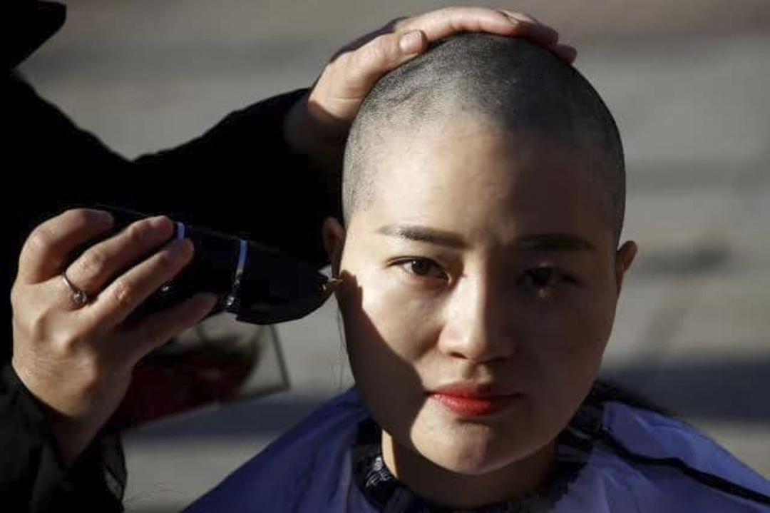 李文足由另外3位709家屬王峭嶺、原姍姍和劉二敏陪同下,到中國最高人民法院外削髮抗議。