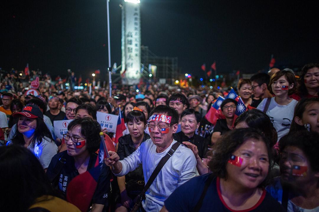 2018年11月17日,韓國瑜在高雄市鳯山的造勢晚會上演講,台下的支持者感觸落淚。