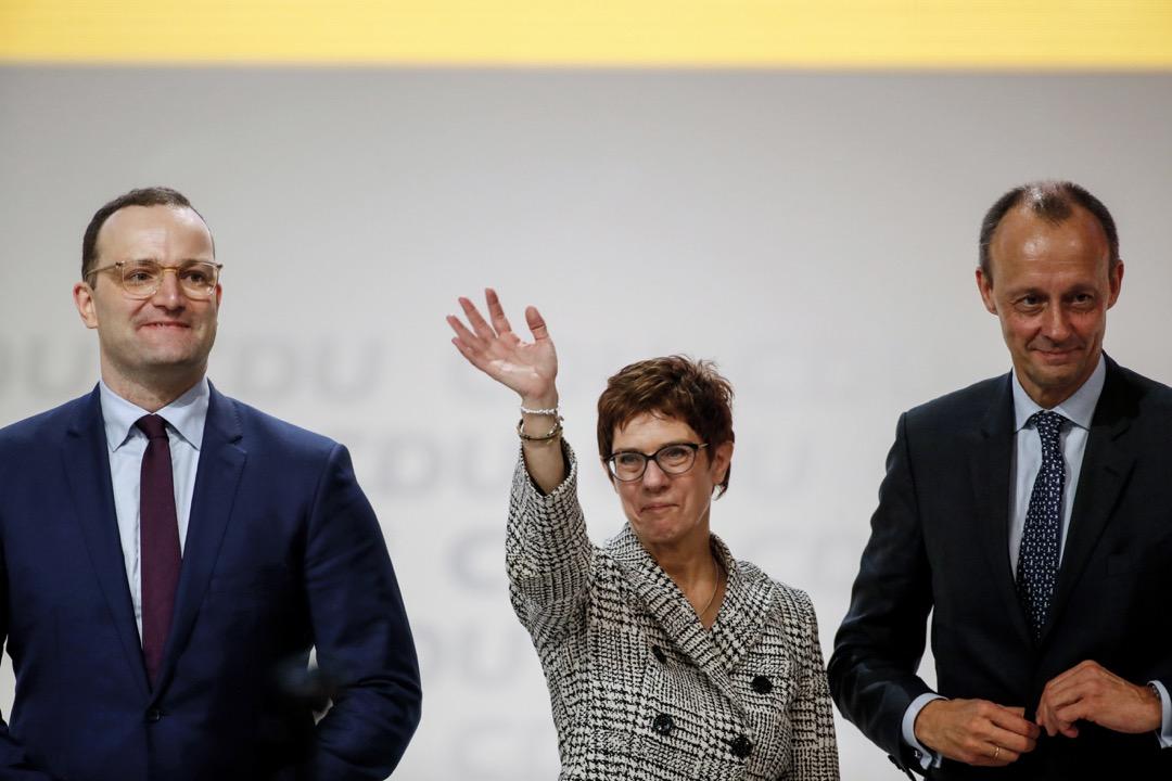 另外兩位參選黨主席,屬反梅克爾派系的資深黨員:衛生部長施潘(左)和梅克爾多年來的勁敵梅爾茨(右)。