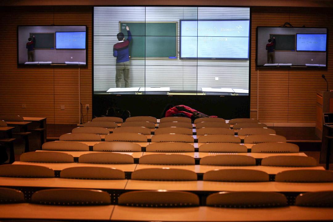 北京中學的老師通過現場直播教室講課,向在家中的學生們上課。 圖:Imagine China