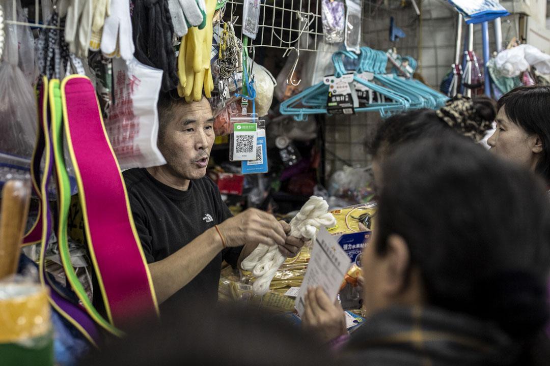 劉先紅於1997年進駐天緣市場,由服裝業到轉做保潔用品,隨着天緣市場的關閉,自己21年的北漂生涯或許也走到了盡頭。