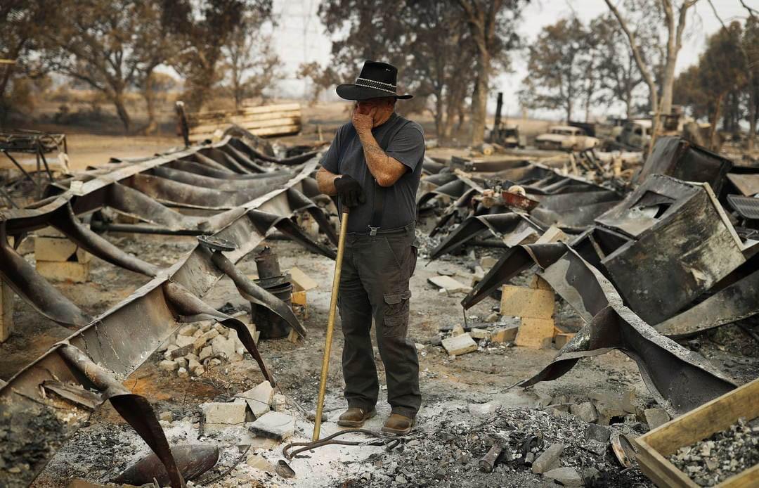2018年8月13日,美國加州雷丁市,居民 Ed Bledsoe 在清理被山火燒毀的房屋時,不禁落淚。Ed 的太太 Melody、曾孫 James Roberts 和 Emily Roberts 在山火中喪生。