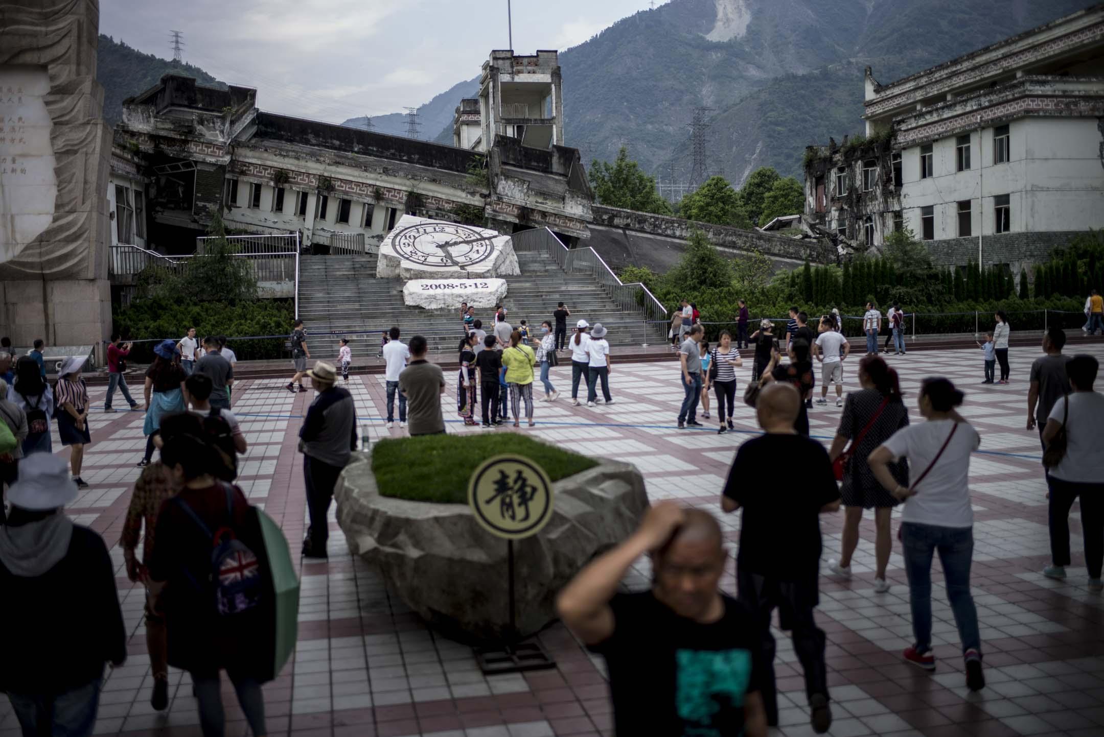 2018年4月29日,四川大地震十周年前夕,映秀地震遺址的漩口中學前,一群遊客正在遊覽。  攝:林振東/端傳媒
