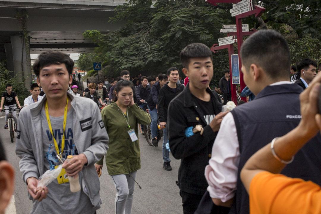 吳東愛看日本作家的小說,平常會玩音樂,是個文藝青年。;他關心中國社會,在朋友圈轉發支持崔永元維權的帖子,還有講述深圳廢青「三和大神」生存狀況的文章。圖為早上富士康的年輕工人上班時。