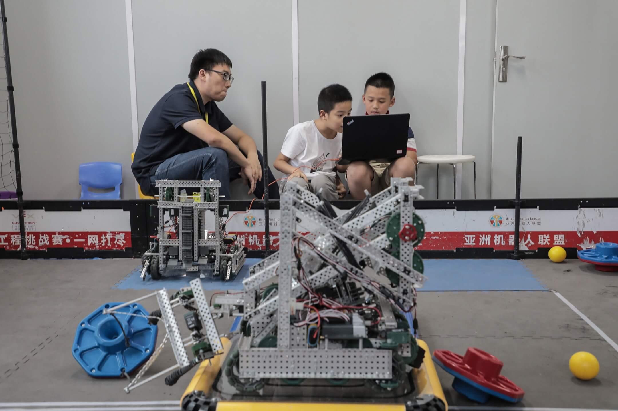 「如果把奧數看作是過去時的話,那信息學就是現在進行時。」劉達興說。他覺得奧數是中國教育的昨天,而以編程和機器人等內容為主體構架的信息學,代表着中國教育的明天。 攝:Imagine China