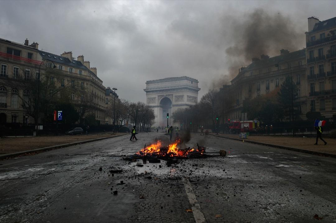 通往凱旋門的一段香榭麗舍大街上,有示威者焚燒雜物。