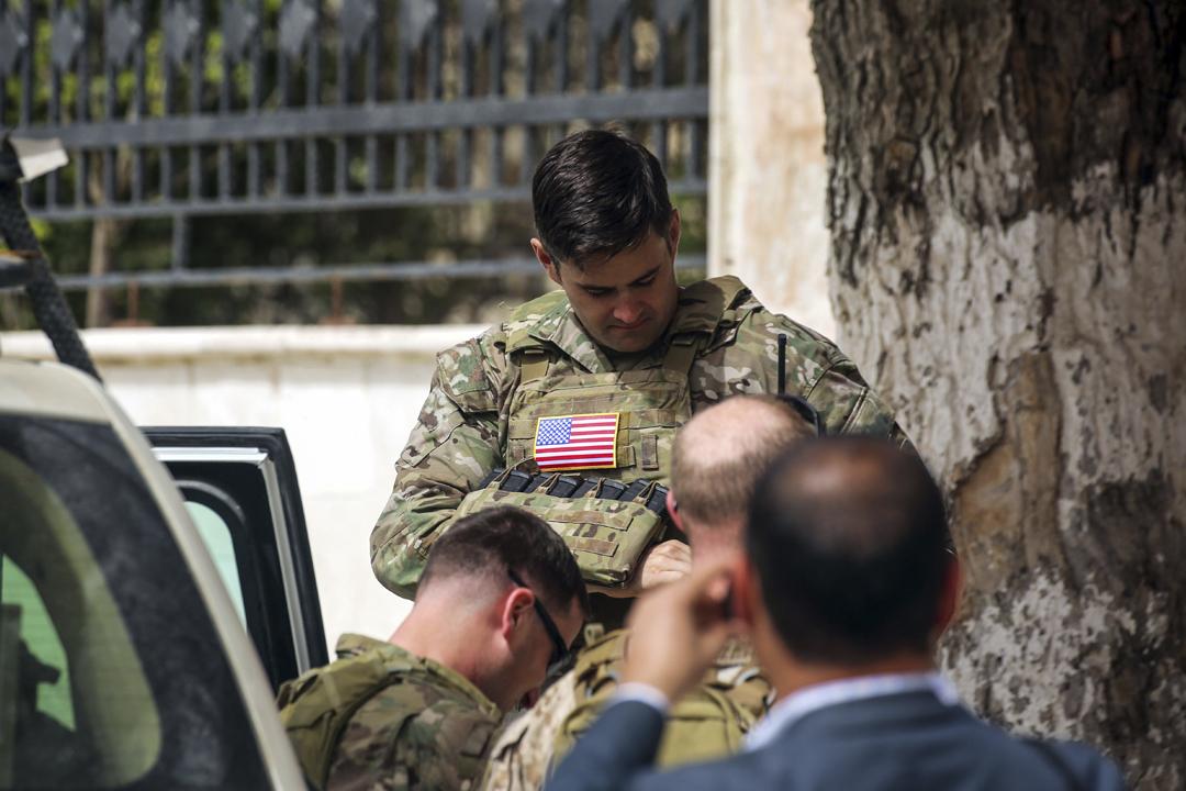 2018年3月22日,一名美軍士兵在敘利亞北部城鎮曼比杰(Manbij)街頭站崗。 攝:Delil Souleiman / AFP / Getty Images