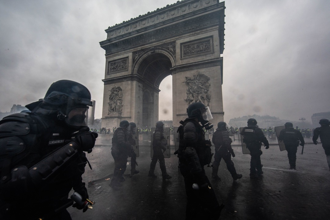 防暴警察在凱旋門一帶發射催淚彈驅散示威者。
