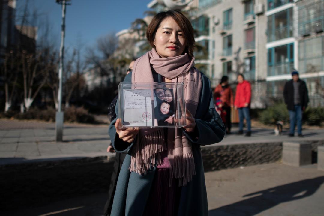 2018年12月17日,李文足削髮抗議前手持家庭合照。