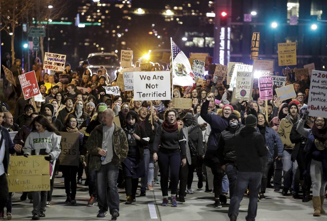 美國一直從移民中得到大量的人才,可觀的經濟增長,以及各種促進多樣化人口組成。但另一方面,如果太過於多樣化(too diverse)了,事情未必運作的好,因為人們將不再擁有一個彼此展開合作所需的必要的共同基礎。圖為2017年1月29日,美國西雅圖舉行遊行反對特朗普的移民政策。