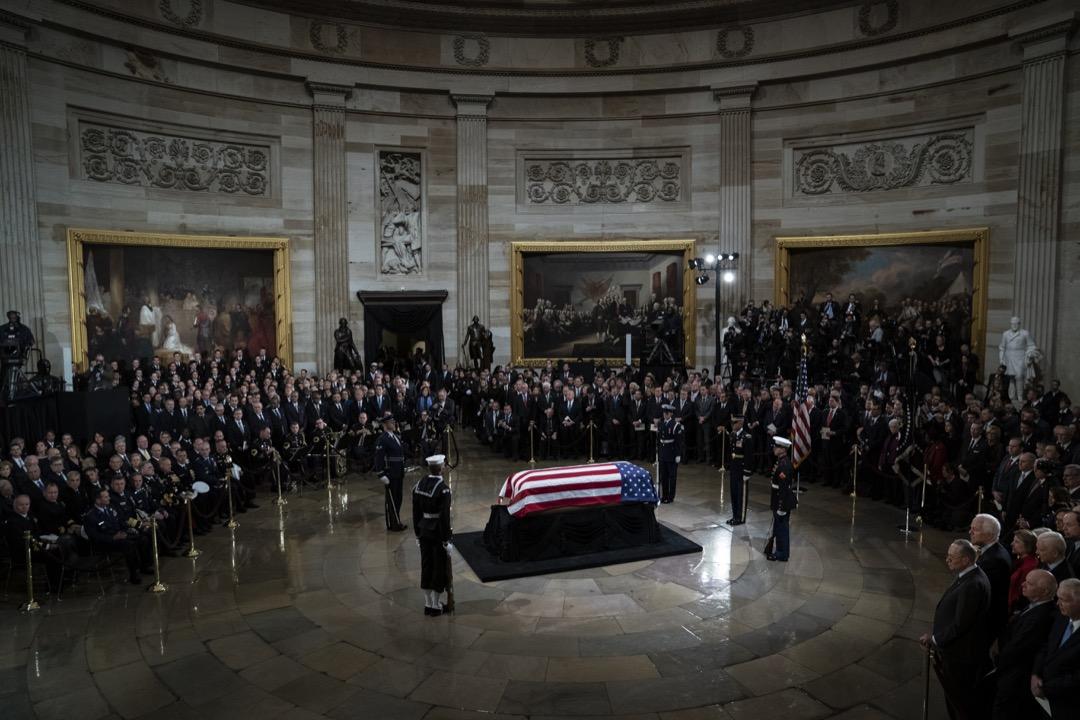 2018年12月3日,已故美國前總統老布殊的遺體安放在美國國會山莊圓形大廳供人瞻仰。