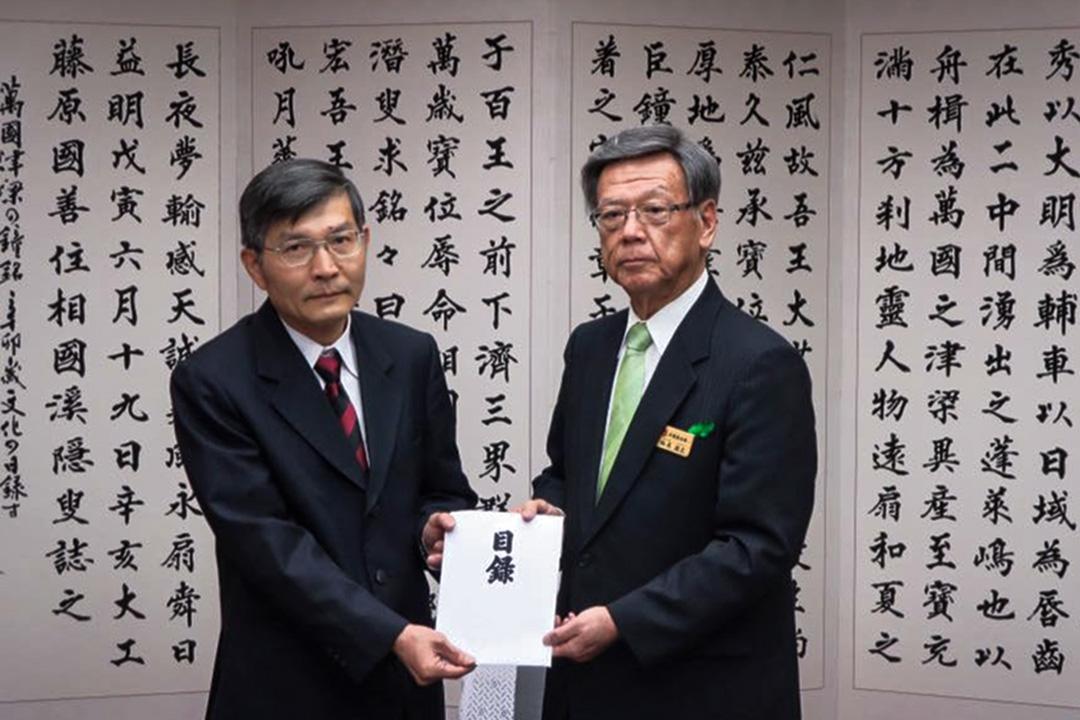 蘇啟誠(左)1991年起任職於外交部,曾任亞東關係協會副秘書長、外交部亞太司副司長、台北駐日經濟文化代表處那霸分處處長。今年7月,他轉調至大阪服務,擔任處長一職。