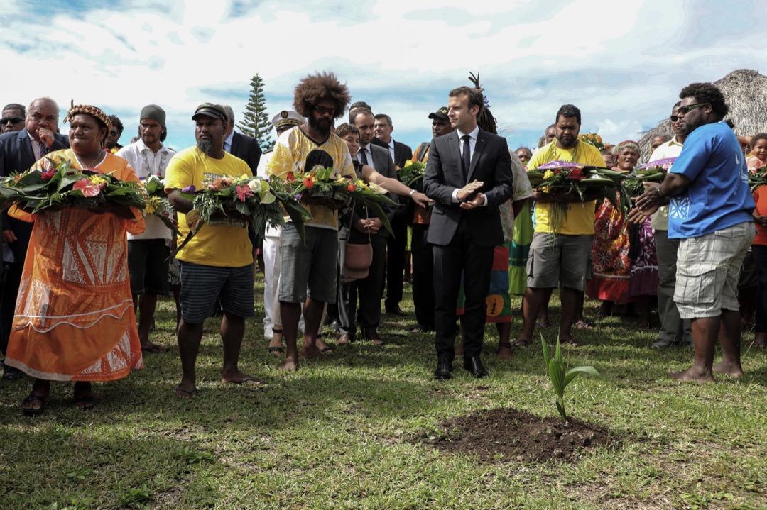 法國政府與新喀里多尼亞各政派,都應該重新審視喀島未來的想像藍圖,尤其是法國總統與政府有維護共和國主權完整的憲法義務。圖為2018年5月,法國總統馬克龍到訪新喀里多尼亞。