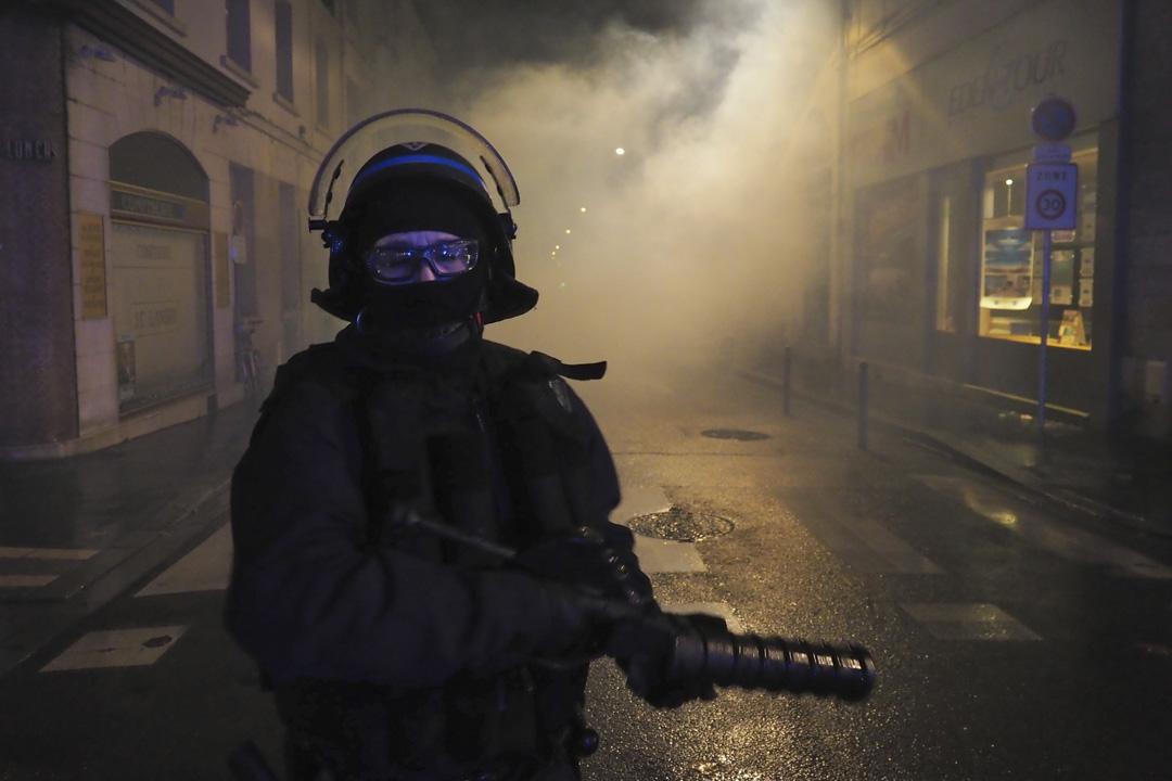 2018年12月8日,巴黎街上的防暴警察。