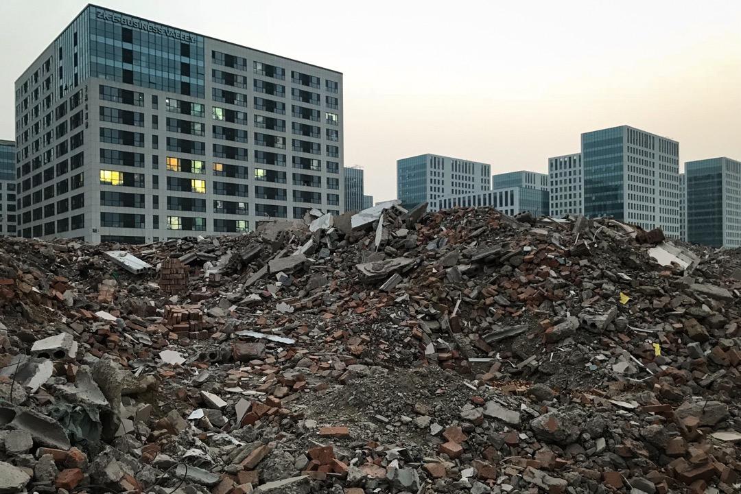 北京大興區舊宮鎮五福堂村,拆除的村民宅基地建築與後方新建設的產業園。 攝影:楊山