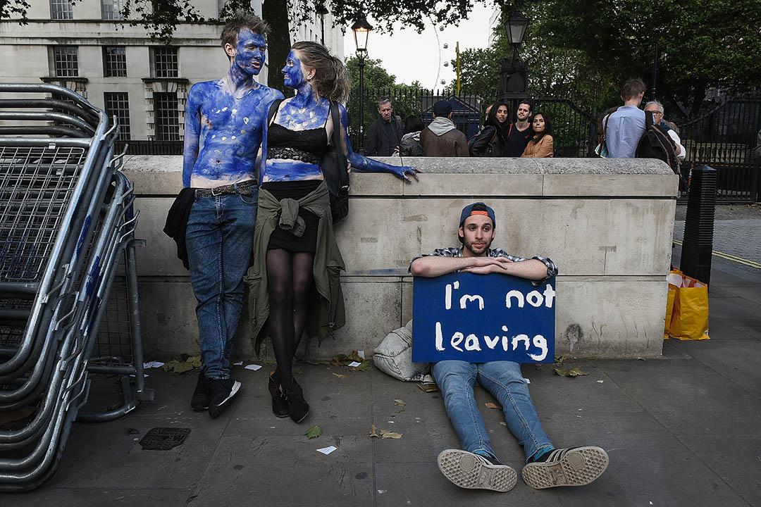 2016年6月24日,在英國唐寧街一對年輕夫婦身上繪上歐盟旗,反對英國脫歐。