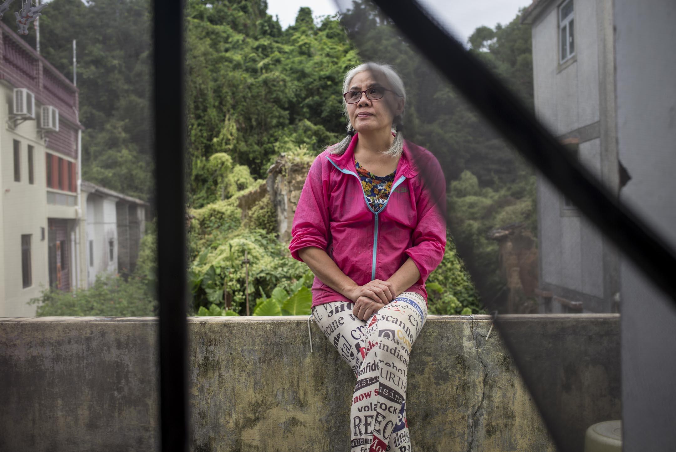 彭日進住在荔枝窩一個有三百年歷史的客家圍村,每天早晨五六點醒來,不吃早飯,直接下地幹活。她有一塊圓心田,平日生活靠地裏的時令蔬果就能滿足,不喜歡吃肉。 攝:林振東/端傳媒