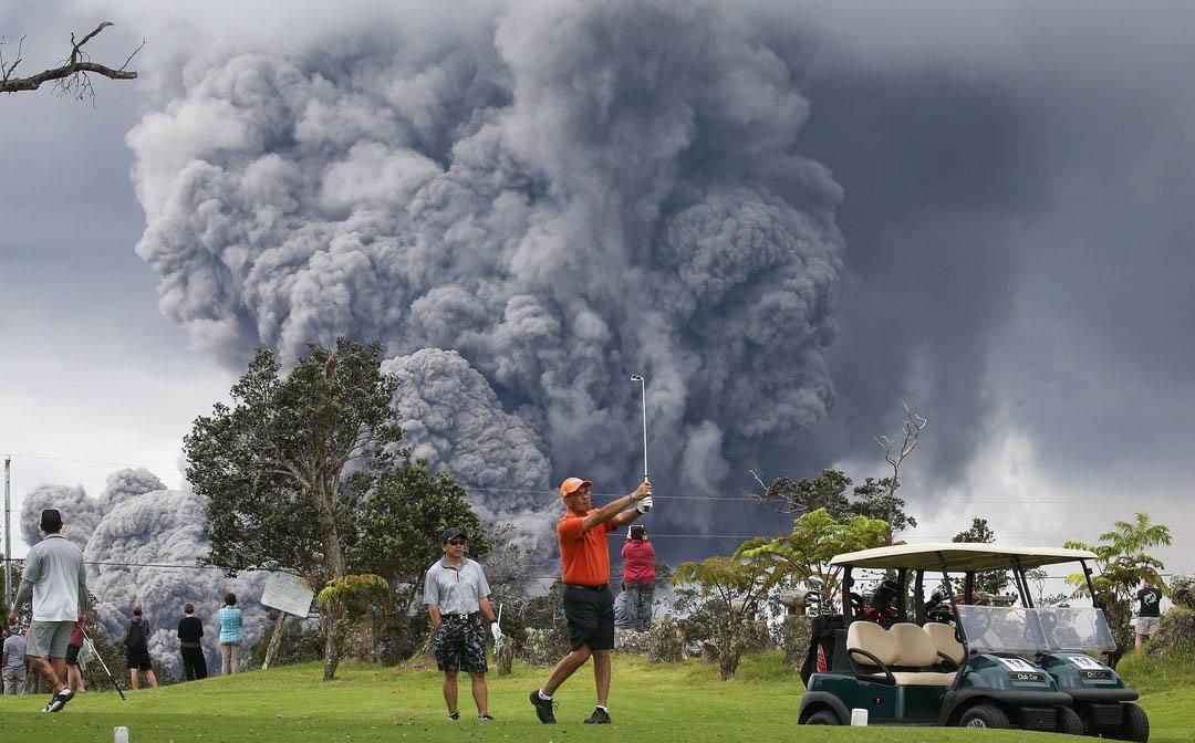 2018年5月15日,美國夏威夷基拉韋厄火山繼續噴出火山灰,但無阻高爾夫球手在火山下揮桿。